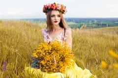 Шикарная девушка в поле фото