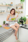 Красивая молодая азиатская девушка есть салат усмехаясь счастливое eati девушки Стоковое фото RF