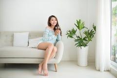 Красивая молодая азиатская женщина выпивая ее чай утра над brea Стоковое Изображение RF