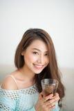 Красивая молодая азиатская женщина выпивая ее чай утра над brea Стоковые Фотографии RF