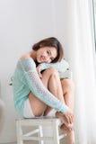 Красивая молодая азиатская женщина выпивая ее чай утра дома Стоковые Фотографии RF