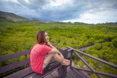 Красивая молодая азиатская женщина в горах стоковые изображения rf