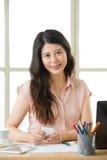Красивая молодая азиатская женщина используя умный обмен текстовыми сообщениями телефона Стоковая Фотография