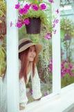 Красивая молодая азиатская женщина наслаждаясь свежестью стоковое изображение rf