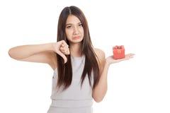 Красивая молодая азиатская женщина несчастная с красной подарочной коробкой стоковые фото