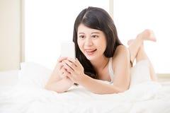 Красивая молодая азиатская женщина принимая selfie умным телефоном Стоковое Изображение