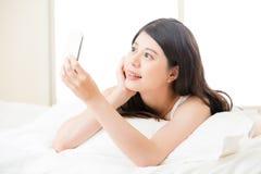Красивая молодая азиатская женщина принимая selfie умным телефоном Стоковые Изображения