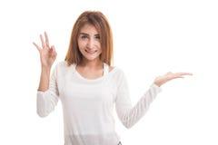 Красивая молодая азиатская рука ладони выставки женщины и ОДОБРЕННЫЙ знак Стоковые Фотографии RF