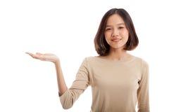 Красивая молодая азиатская рука ладони выставки женщины Стоковое Изображение