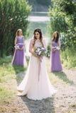 Красивая молодая дама в восхитительном белом платье Стоковые Изображения
