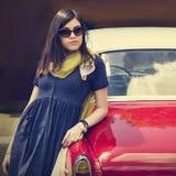 Красивая молодая дама около ретро автомобиля стоковое фото rf