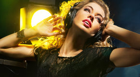 Красивая молодая дама слушая к музыке стоковые фотографии rf