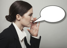 Красивая молодая дама думая о острословии пузыря речи или мысли Стоковое Фото