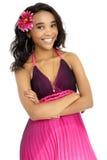 Красивая молодая африканская женщина одетая в пинке и пурпуре стоковая фотография