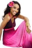 Красивая молодая африканская женщина одетая в пинке и пурпуре стоковые фотографии rf
