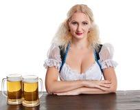 Красивая молодая белокурая девушка выпивает из oktoberfest глиняной кружки пива Стоковые Изображения