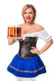 Красивая молодая белокурая девушка oktoberfest глиняной кружки пива Стоковые Фотографии RF