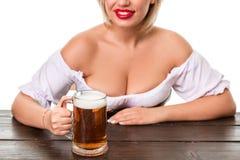 Красивая молодая белокурая девушка oktoberfest глиняной кружки пива Стоковое Изображение