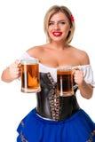 Красивая молодая белокурая девушка oktoberfest глиняной кружки пива Стоковое Изображение RF