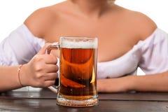 Красивая молодая белокурая девушка oktoberfest глиняной кружки пива Стоковая Фотография