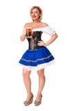 Красивая молодая белокурая девушка oktoberfest глиняной кружки пива Стоковые Фото