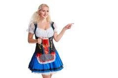 Красивая молодая белокурая девушка oktoberfest глиняной кружки пива Стоковое Фото