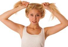 Красивая молодая белокурая женщина держит волосы в ее показывать руки бывший Стоковые Изображения