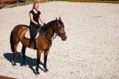 Красивая молодая белокурая женщина ехать лошадь Стоковое Изображение RF