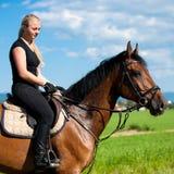 Красивая молодая белокурая женщина ехать лошадь Стоковое фото RF