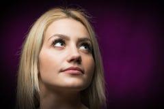 Красивая молодая белокурая женщина смотря вверх Стоковые Изображения RF