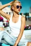Красивая молодая белокурая модельная девушка в битнике лета одевает с скейтбордом Стоковое Фото