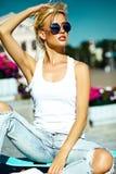 Красивая молодая белокурая модельная девушка в битнике лета одевает с скейтбордом Стоковые Фотографии RF