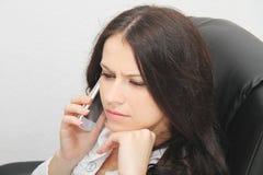 Красивая молодая бизнес-леди с компьтер-книжкой в офисе Стоковое Изображение