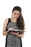 Красивая молодая вскользь девушка держа тетрадь Стоковая Фотография RF
