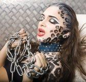 Красивая молодая европейская модель в составе и bodyart кота Стоковые Фотографии RF