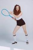Красивая молодая девушка битника играя теннис с ракеткой и шариком Стоковое Фото