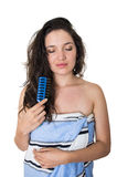 Красивая молодая девушка брюнет обернутая в полотенце Стоковые Изображения