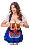 Красивая молодая девушка брюнет oktoberfest глиняной кружки пива Стоковое Фото
