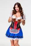 Красивая молодая девушка брюнет oktoberfest глиняной кружки пива Стоковые Изображения