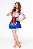 Красивая молодая девушка брюнет oktoberfest глиняной кружки пива Стоковая Фотография