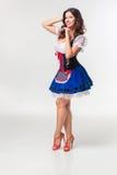 Красивая молодая девушка брюнет oktoberfest глиняной кружки Стоковое Изображение RF