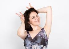 Красивая молодая женщина брюнет в красочном платье представляя и выражает различные эмоции выставки рук женщины различные Стоковые Изображения