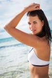 Красивая молодая женщина брюнет в океане моря бикини Стоковые Изображения RF