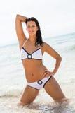 Красивая молодая женщина брюнет в океане моря бикини Стоковая Фотография