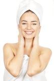 Красивая молодая женщина брюнет в полотенцах ванны Стоковое фото RF