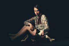 Красивая молодая женщина брюнет держа бутылку белого вина Стоковые Изображения