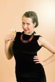 Красивая молодая женщина брюнет держа стекло белого вина Стоковые Изображения RF