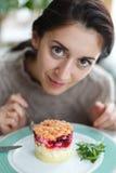 Красивая молодая женщина брюнет есть салат Стоковое Изображение