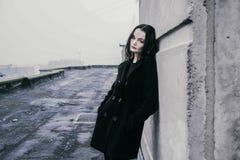 Красивая молодая женщина брюнет на улице Стоковое Изображение