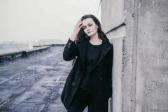 Красивая молодая женщина брюнет на улице Стоковая Фотография RF